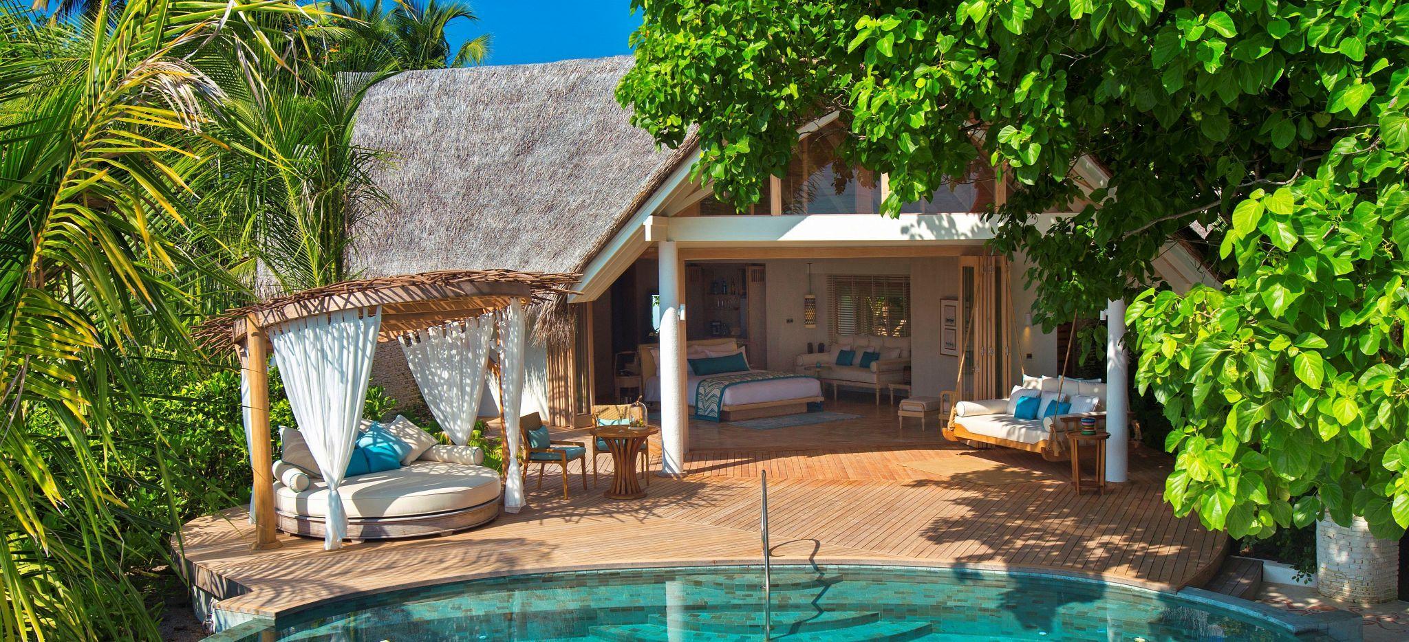 Eine Hotel Villa mit einem privatem Pool im tropischen Grün