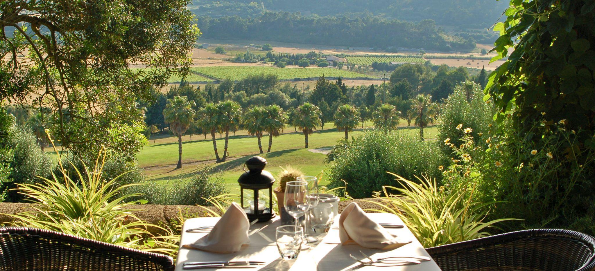 Ein Esstisch mit Blick auf eine mallorquinisches Tal