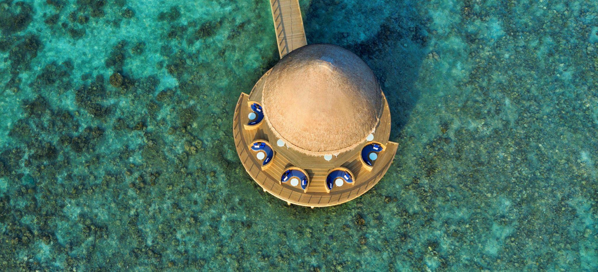 Eine Überwasser-Bar umgeben von Wasser und Korallen, Faarufushi Maldives, auf den Malediven