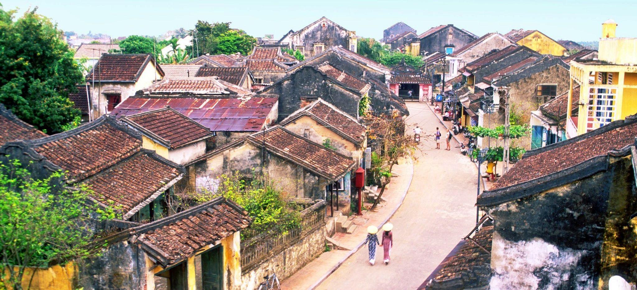 Eine Straße durch alte Gebäude in Vietnam