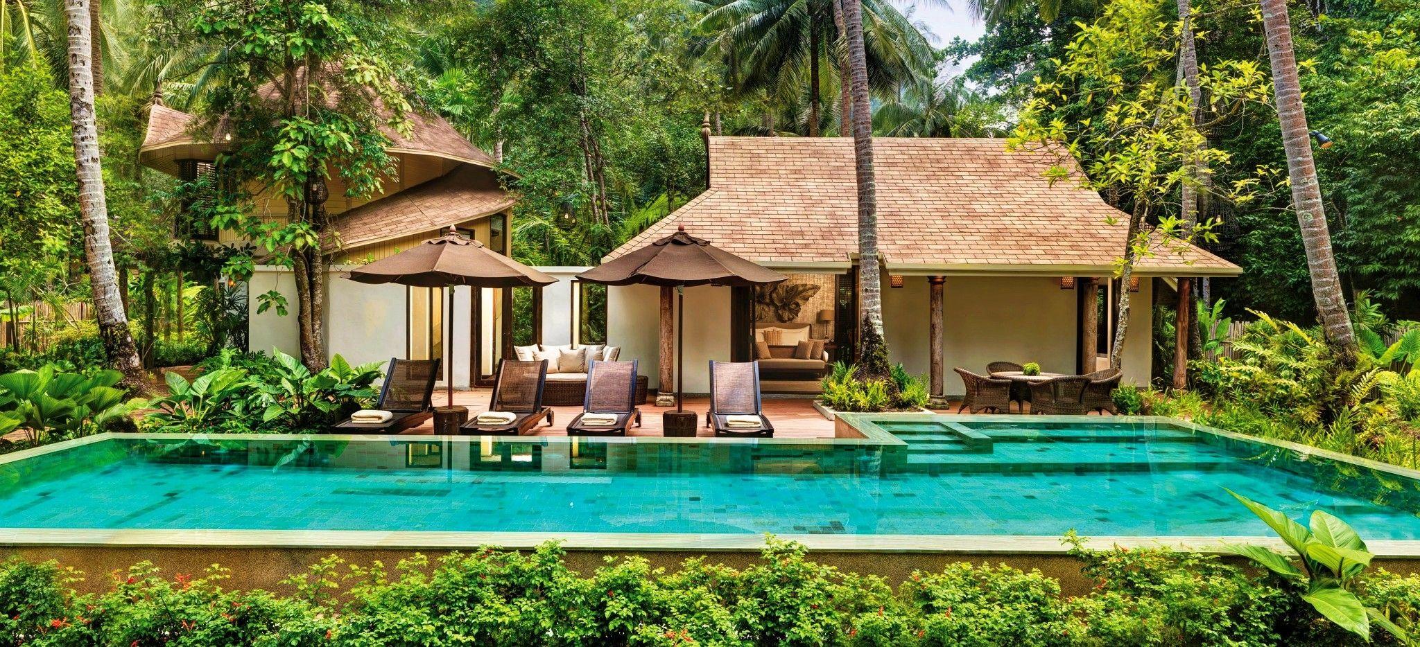 Eine Villa mit einem großen Pool in einem Thailändischen Hotel