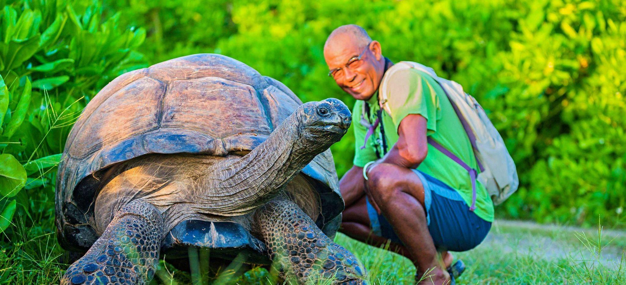 """Die Schildkröte """"Esmeralda"""" mit einem Naturschützer"""