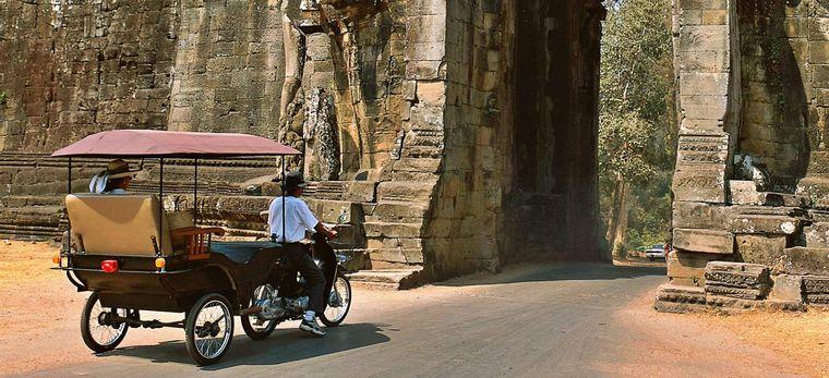 Tuk-Tuk mit Touristen an einem Eingang des Angkor Wat