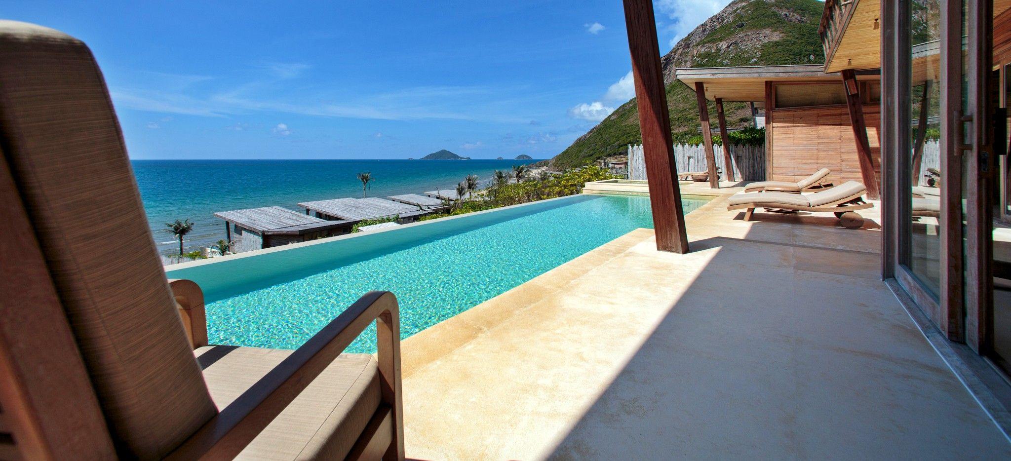 Eine Terrasse mit einem langem privaten Pool