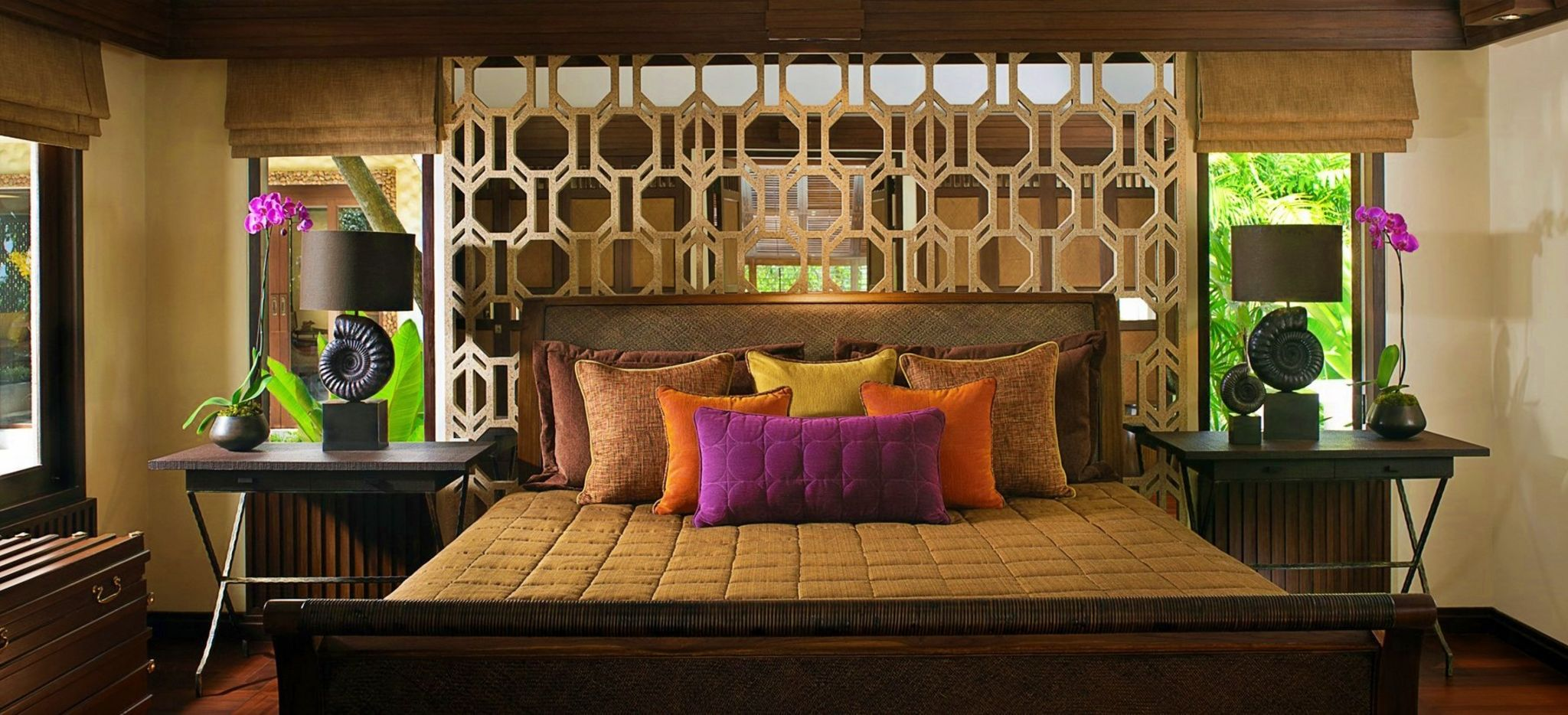Ein koloniales Schlafzimmer mit Blick auf den Dschungel rundherum