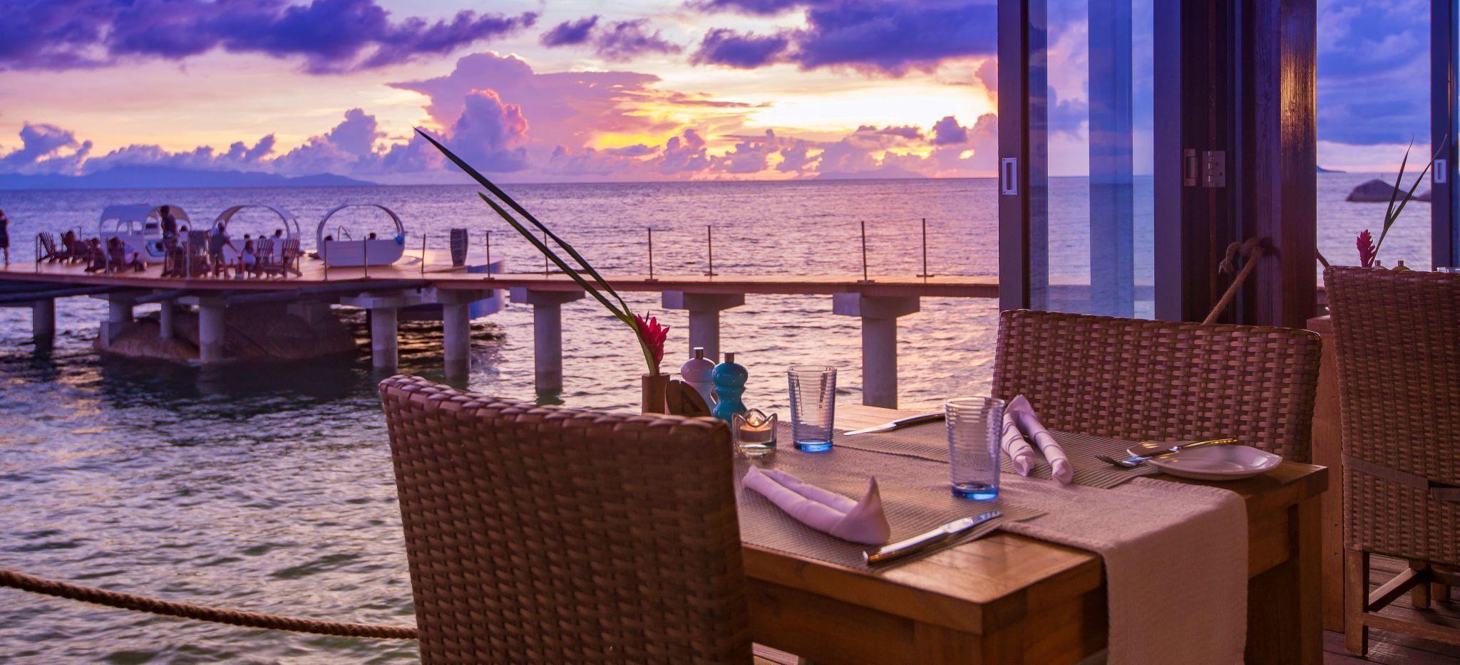 Ausblick vom Restaurant Mango Terrace mit Bar am Pool am Abend