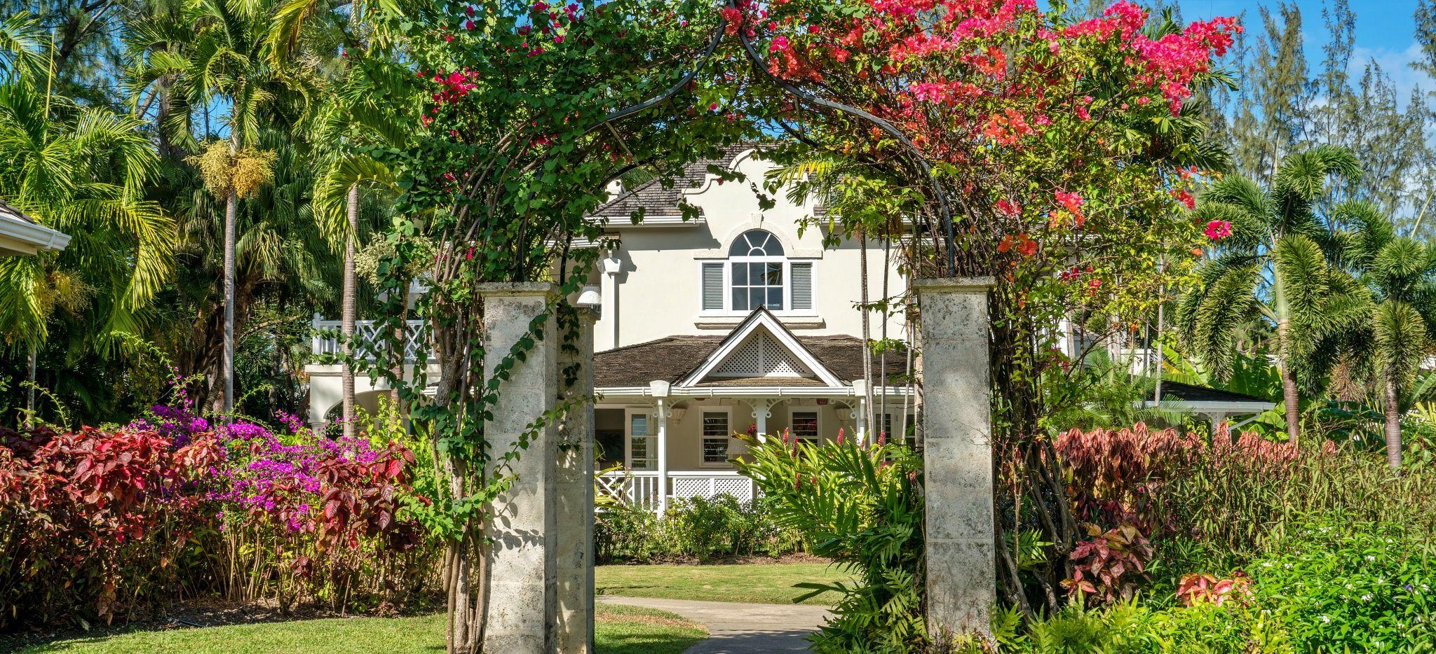 """Ein Tor mit Bougainvillea bewachsen im Hotel """"Coral Reef Club Barbados"""""""