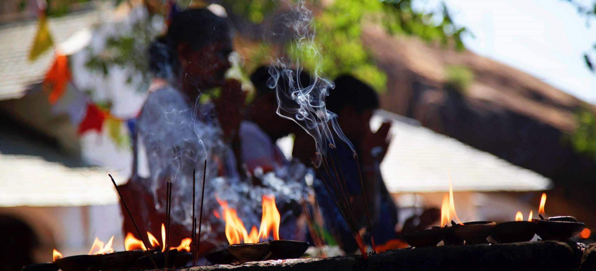 Rituelles Feuer im Dambulla Tempel, Sri Lanka