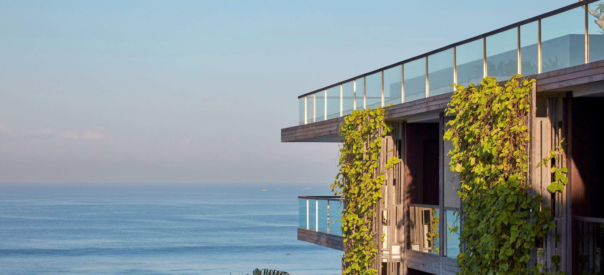 Balkon mit vertkalem Grünbewuchs mit Blick auf das Meer