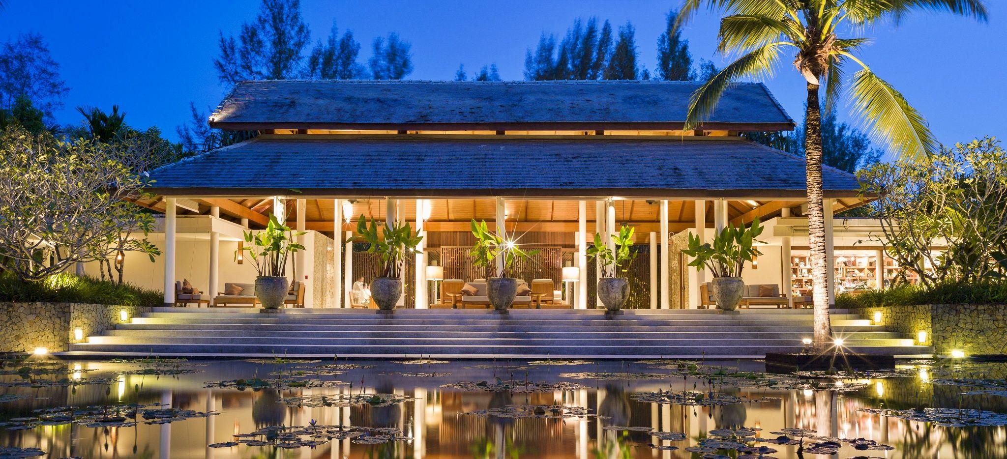 """Die Hotellobby des """"The Sarojin"""" in Thailand hinter einem kleinen See"""