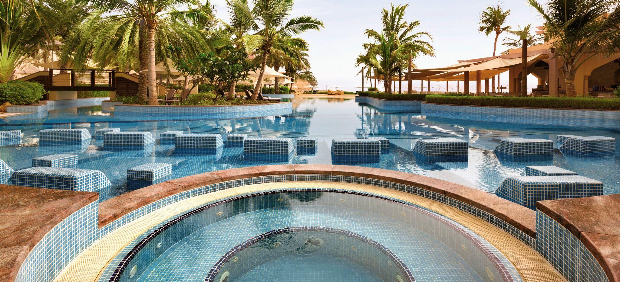 Outdoor Jacuzzi / Whirlpool und Pool umsäumt mit Palmen im Shangri-La Barr Al Jissah Al Bandar Resort nahe Maskat, Oman
