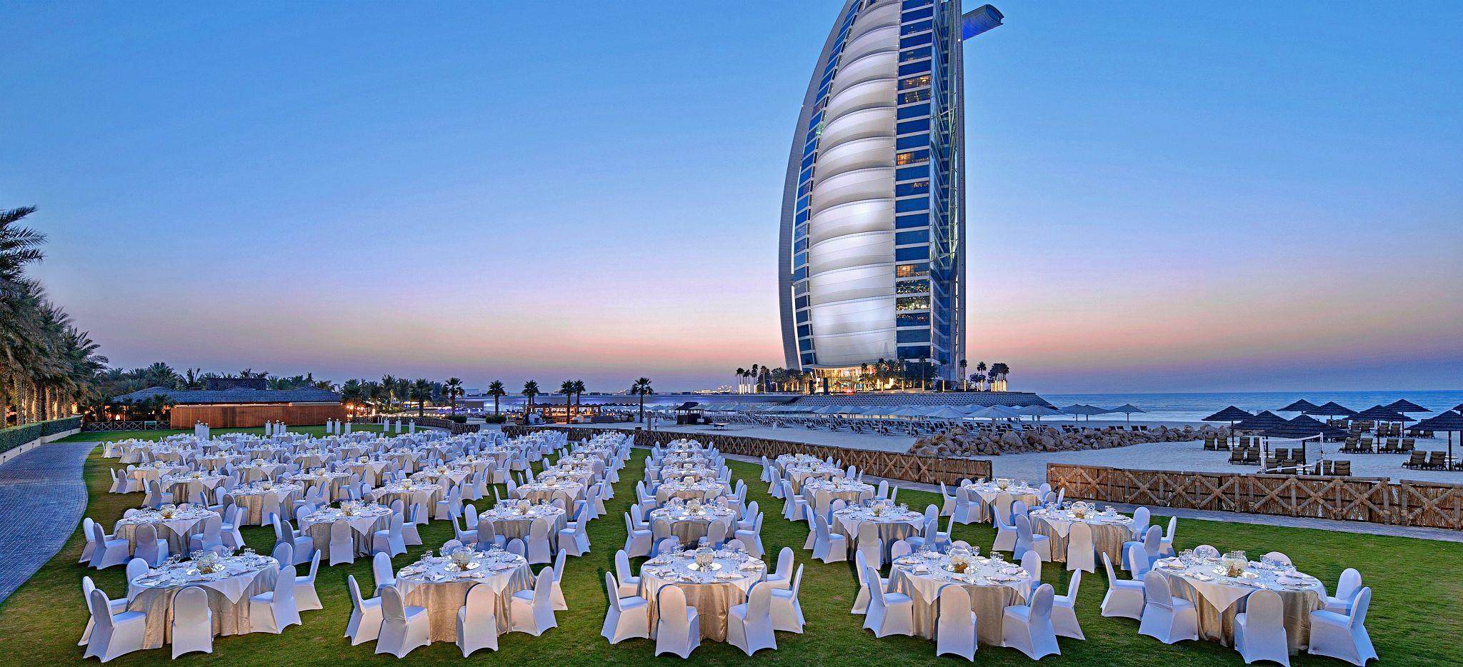 Dinner auf der Wiese vor dem Burj al Arab