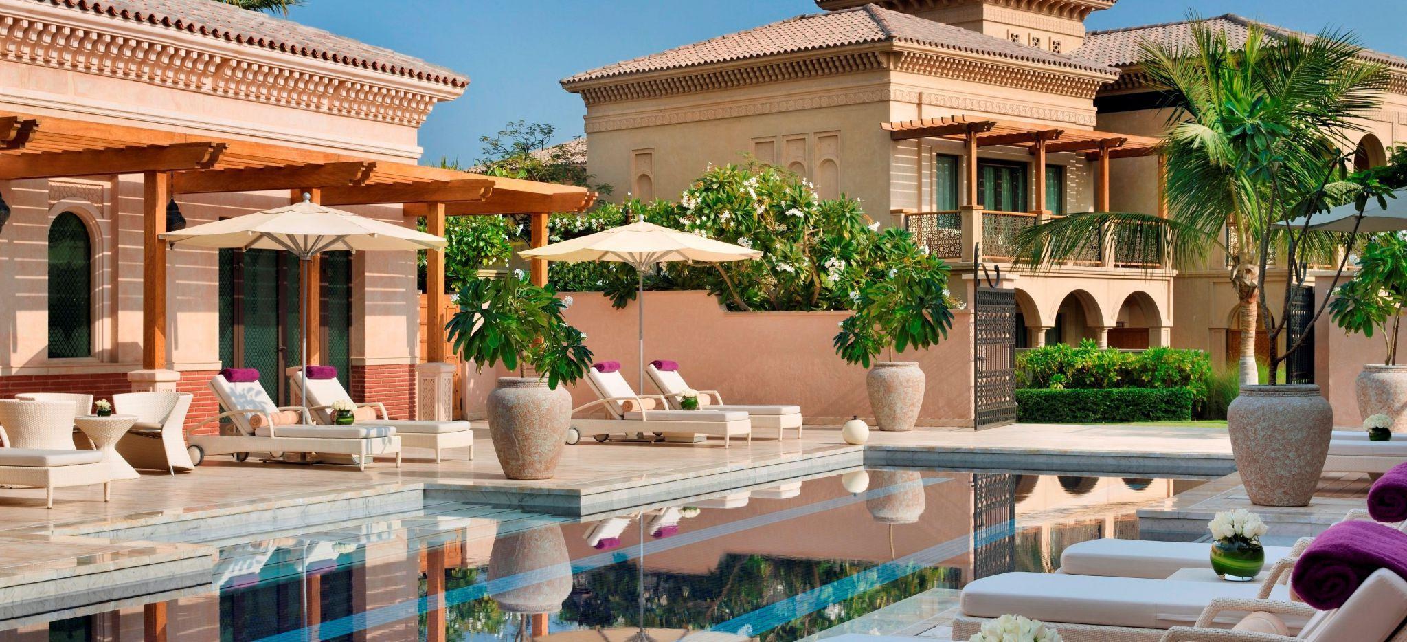 """Erwachsenen-pool des Hotels """"One&Only The Palm"""", mit Strandliegen und Mediterranen Häusern"""