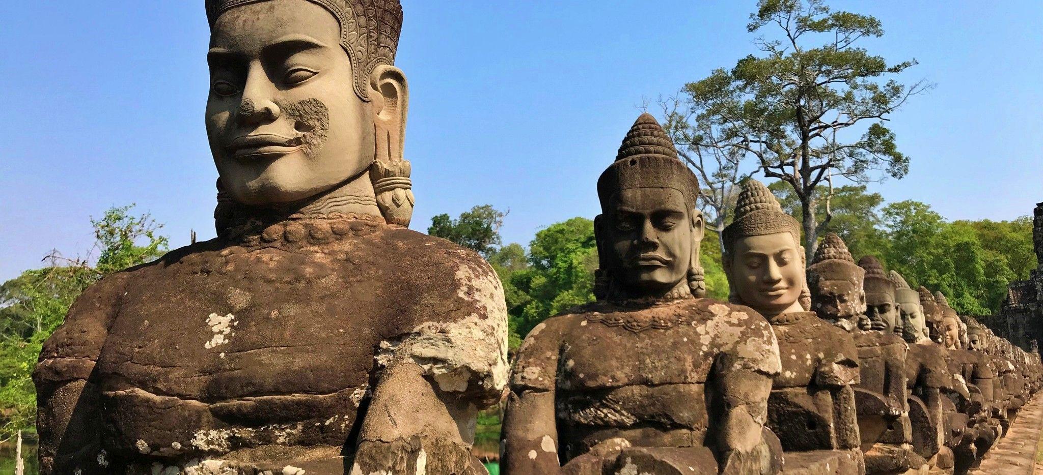 Eine Reihe von Statuen des Buddha in Kambodscha