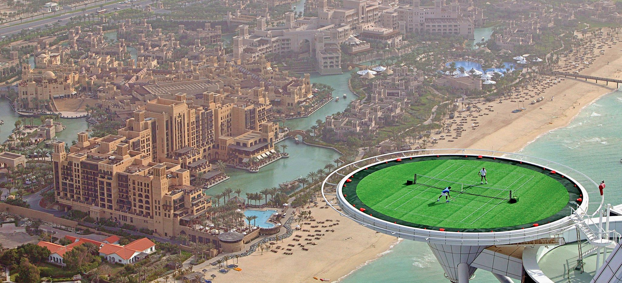 Tennis auf dem Helipad des Burj al Arab vor der Kullisse der Stadt Dubai