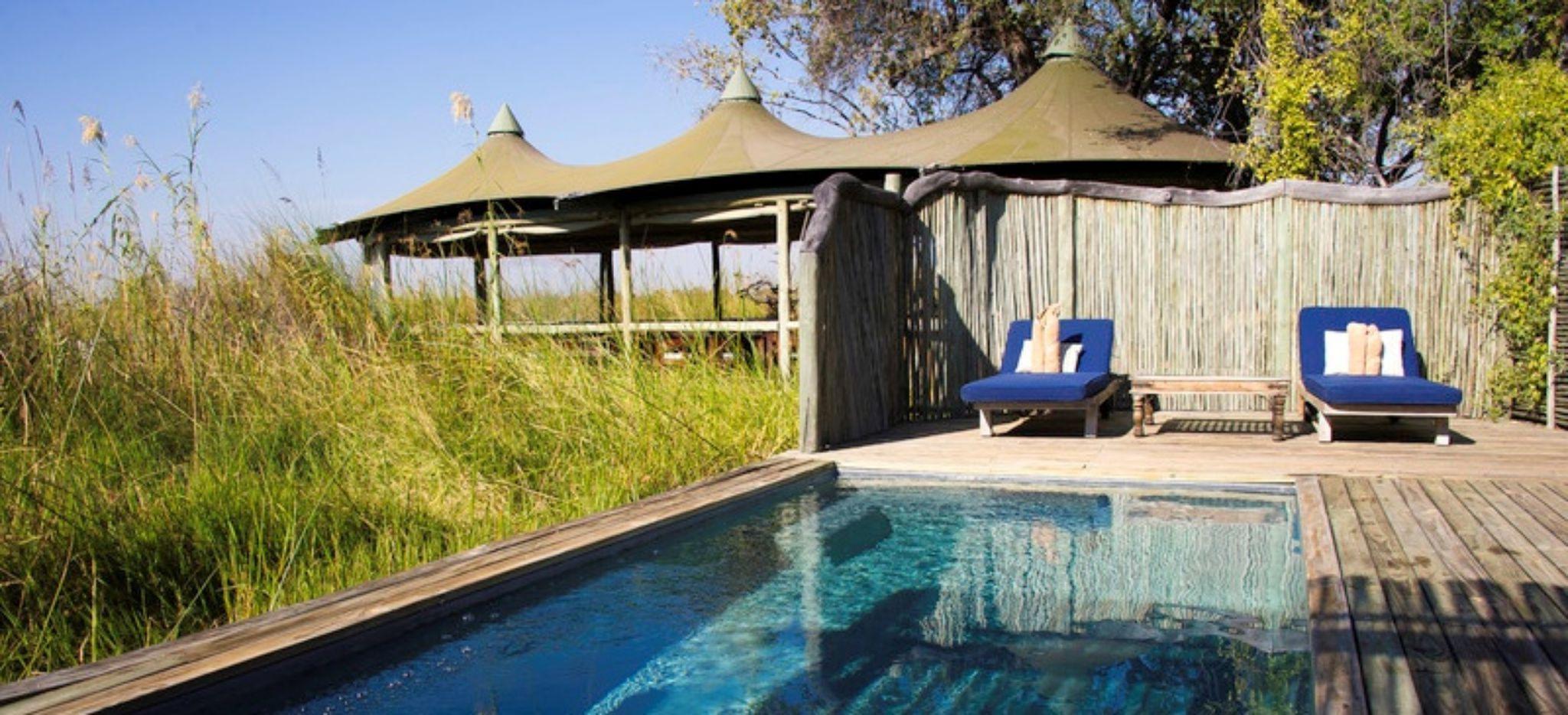 Privater Pool eines Hotelzimmers des Little Vumbura Camp in Botswana, daneben das dickicht des Okavango Deltas