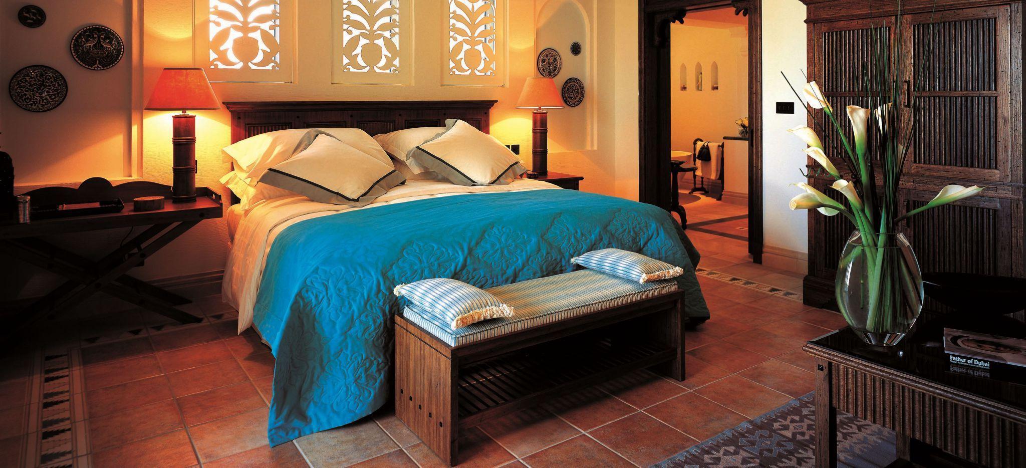 Hotelzimmer mit Bett, erleuchtet im Hotel Madinat Jumeirah Dar Al Masyaf