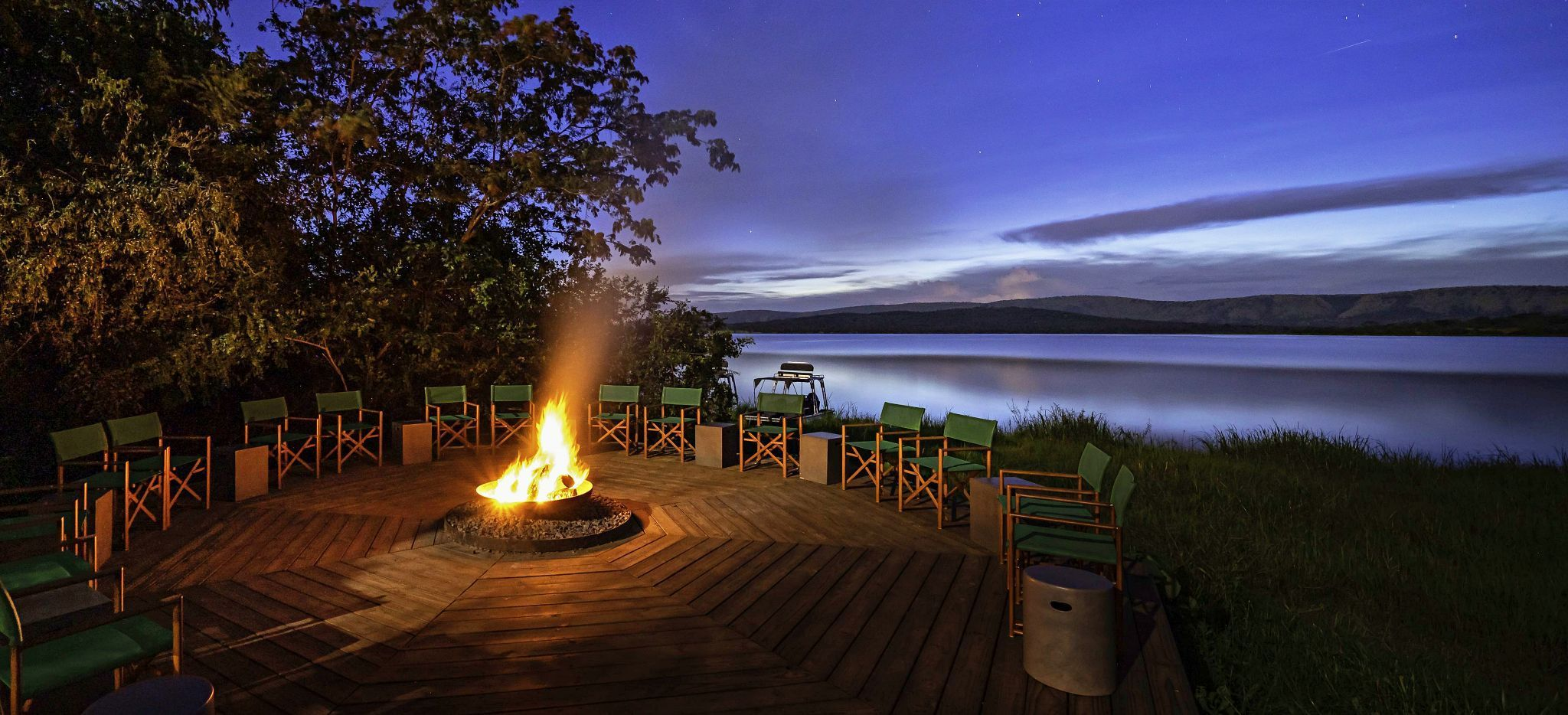 Feuerstelle des Magashi Camps, Ruanda, mit Blick auf den See Rwanyakazinga