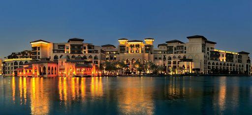 """Skyline des """"The Palace"""" über den See der """"Dubai Fountains"""" aus fotografiert"""