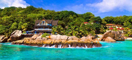Sicht auf das Hotel vom Meer aus