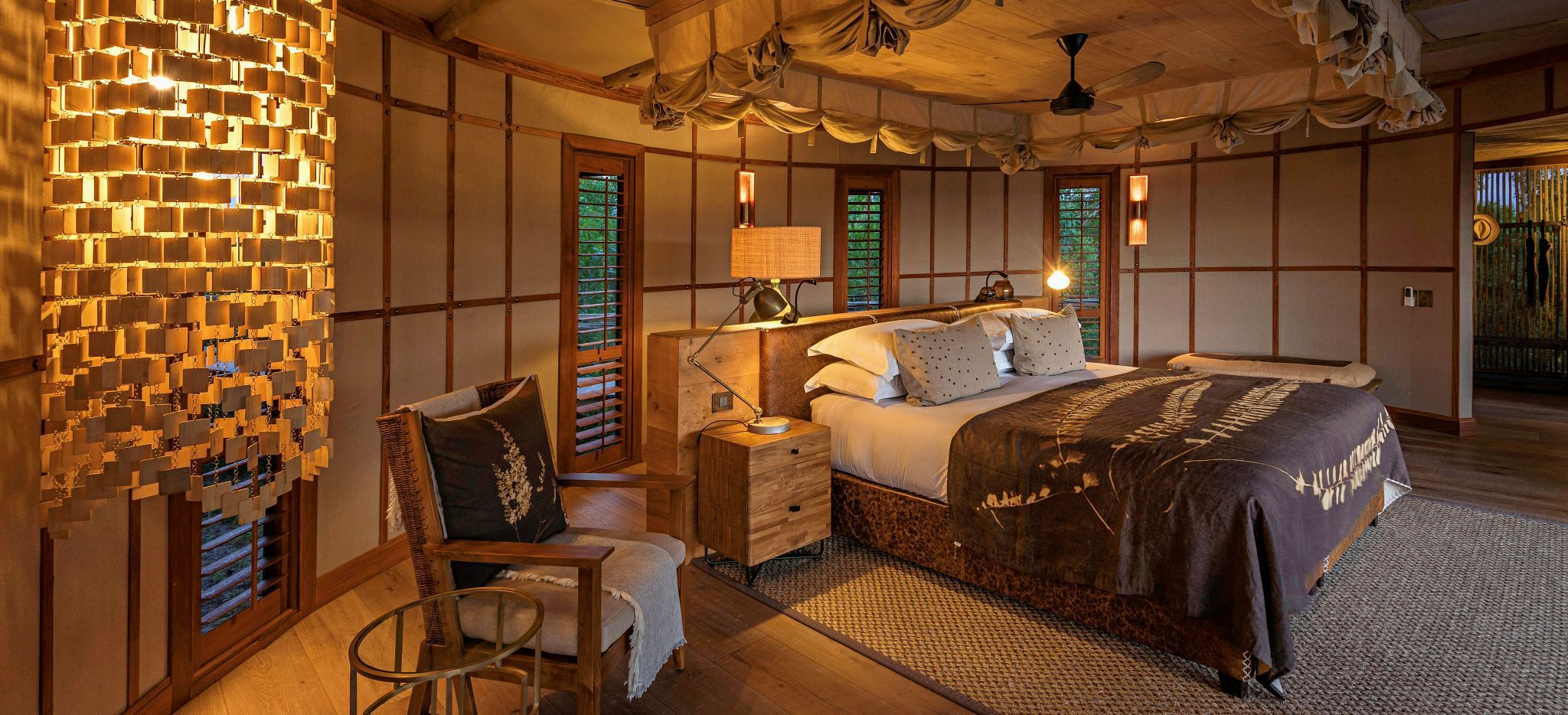 "Ein Schlafzimmer zur Abendstunde, in der Safari-Lodge ""Little Mombo"" in Botsuana"