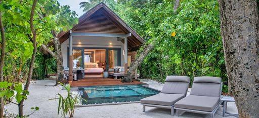 Der Vorgarten und private Pool einer  Hotel Villa im Hotel Vakkaru, Malediven