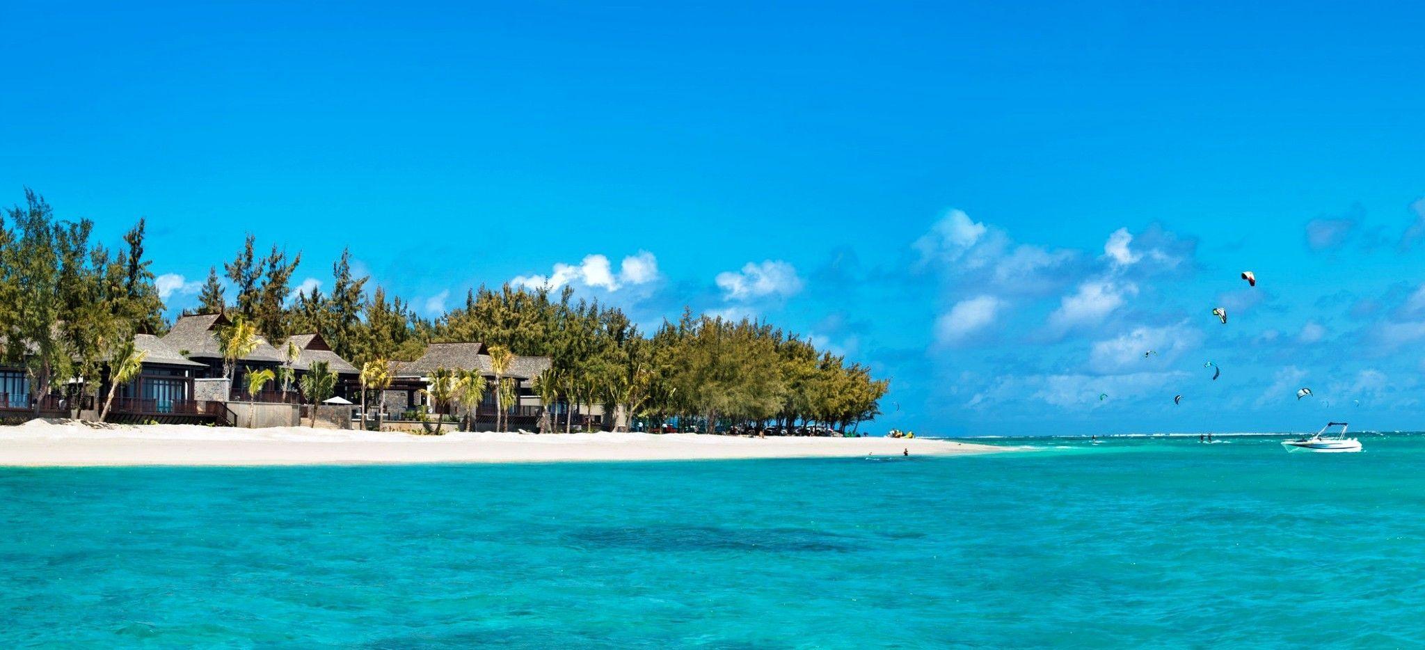 """Das Hotel """"St. Regis Mauritius"""" vom Meer her gesehen"""