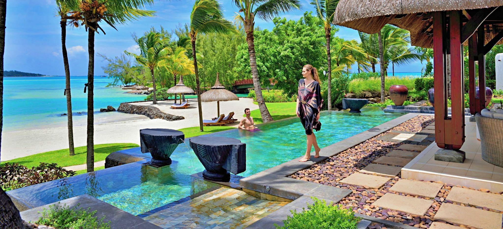 Ein Mann entspannt in einem der Pools des Hotels Le Tousserok auf Mauritius
