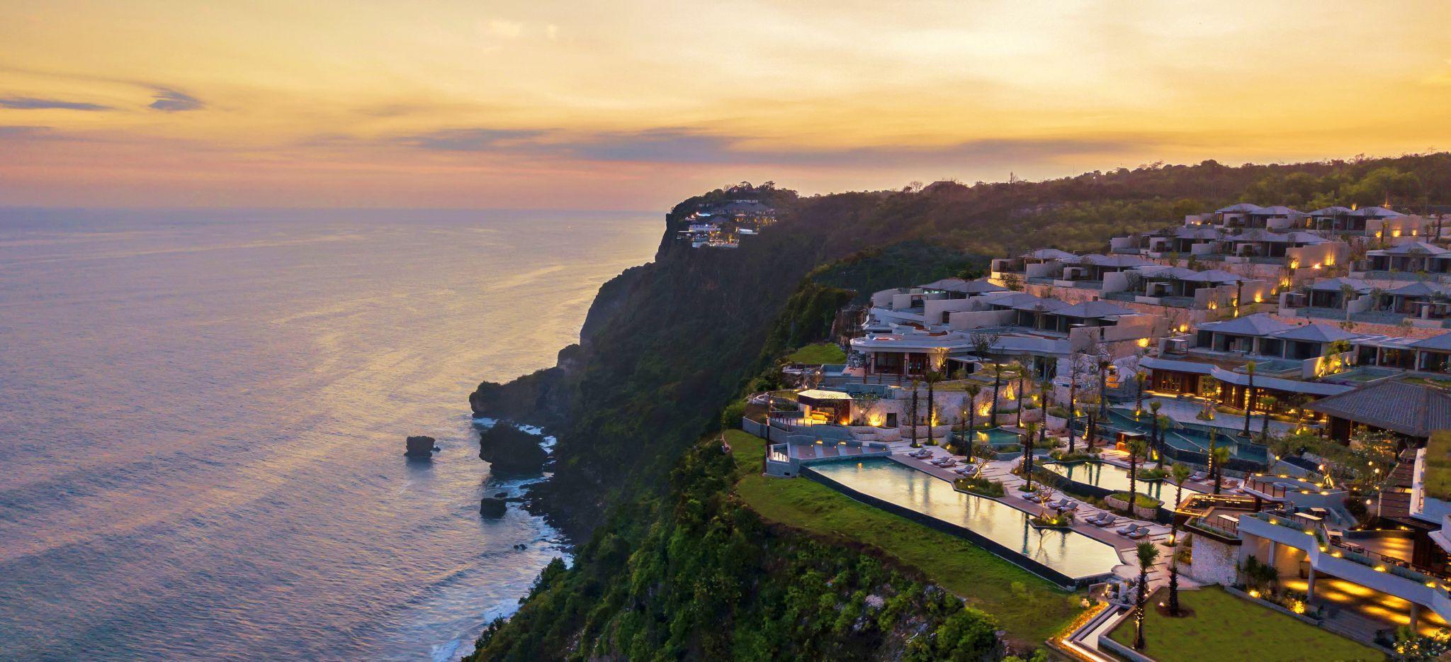 Luftaufnahme des Hotelgeländes des Six Senses Uluwatu auf Bali im Abendrot