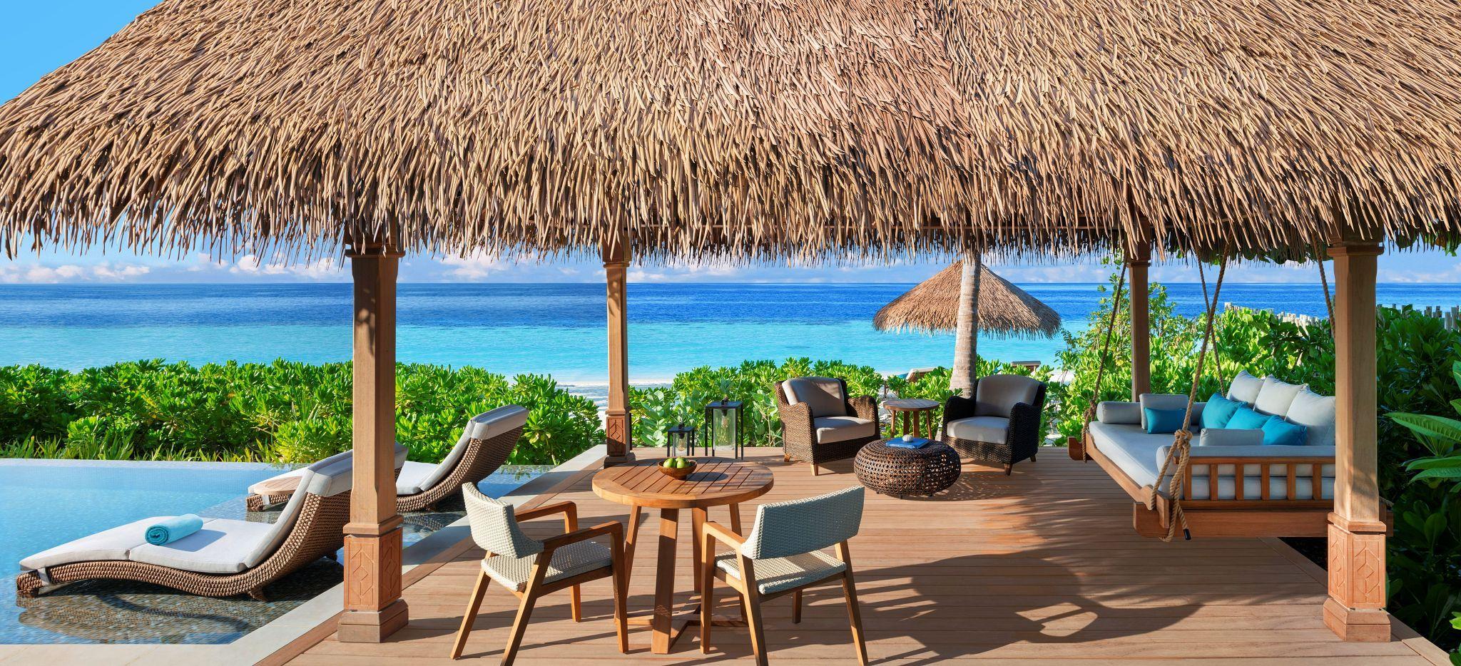 Terasse mit Meerblick des Pavillons der Beach Villa im Waldorf Astoria Maldives