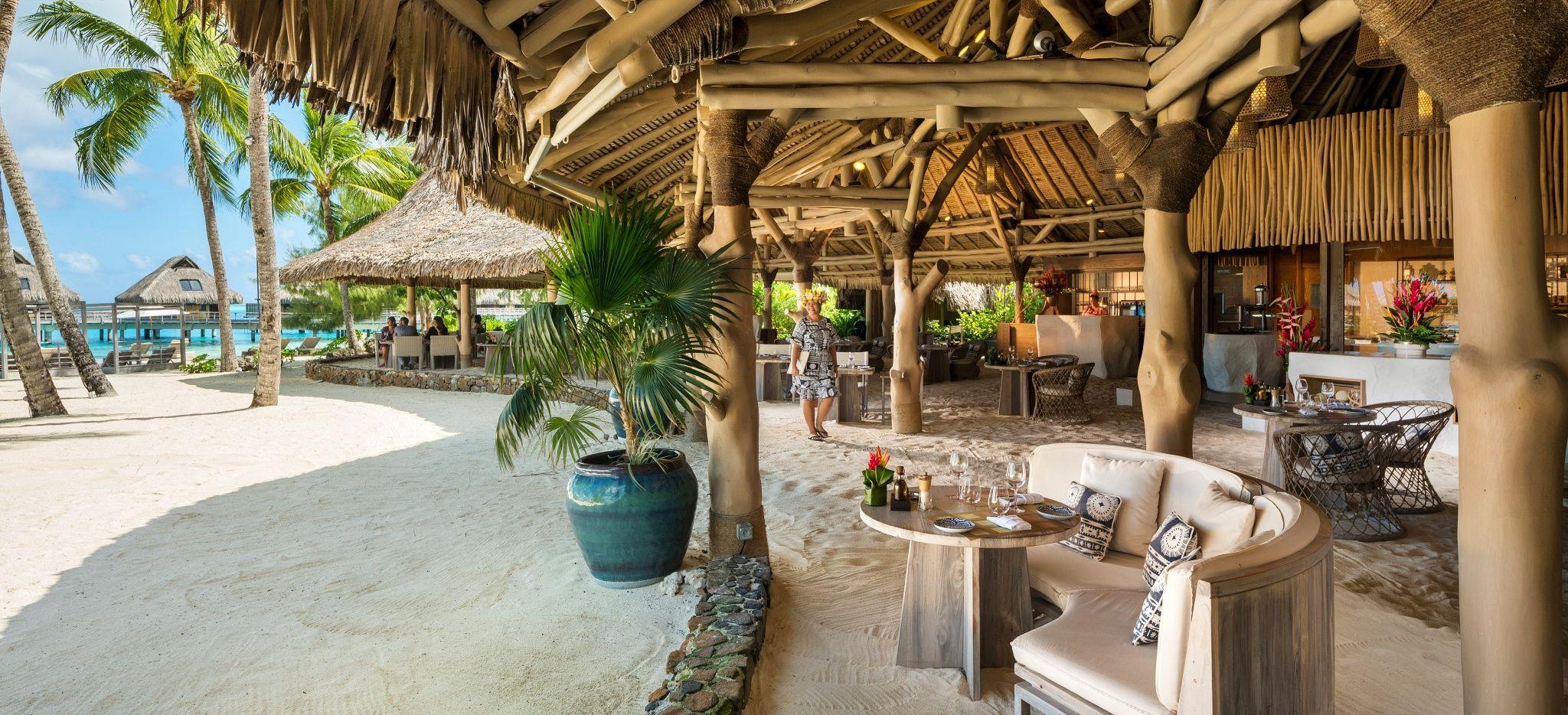 """Ein lockeres Strandrestaurant direkt am Sand der Moto auf der das Hotel """"Conrad Bora Bora Nui"""" liegt"""