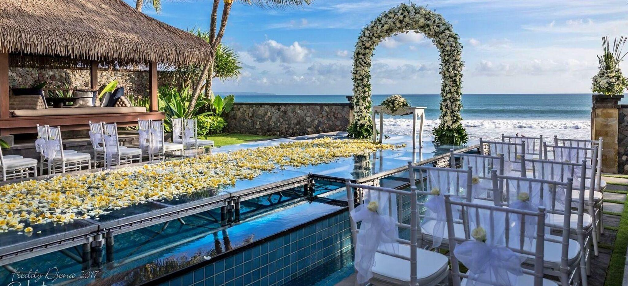"""Mit Blumen Dekorierter vorgarten eines Hotelzimmers im Hotel """"The Legian"""" auf Bali"""