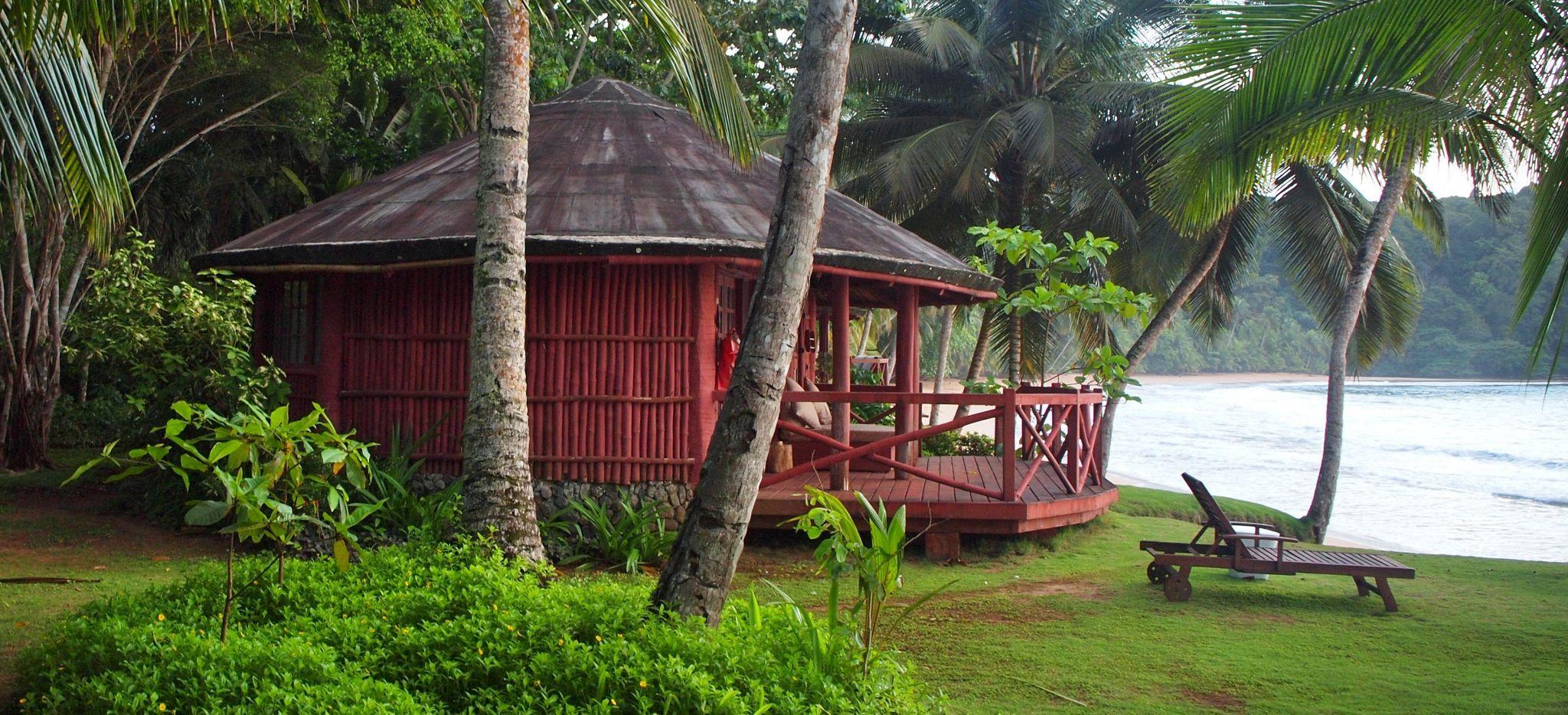 Bungalow direkt am Meer, von tropischem Wald umgeben