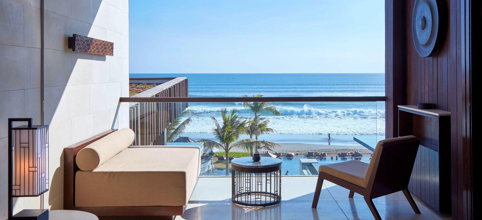 Balkon mit Sitzecke mit Blick auf das Meer