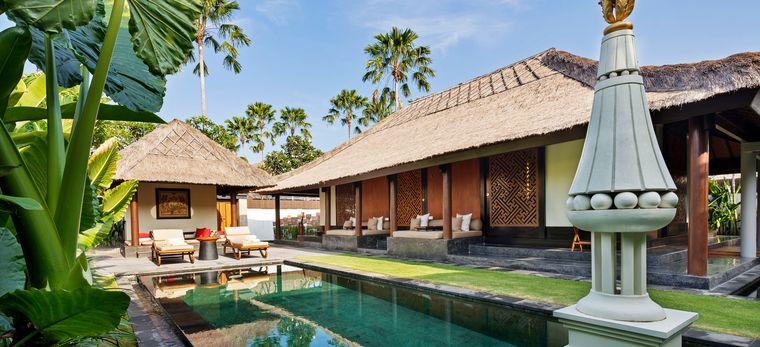 """Ein Pool mit Statue im balinesischen Hotel """"The Legian"""""""