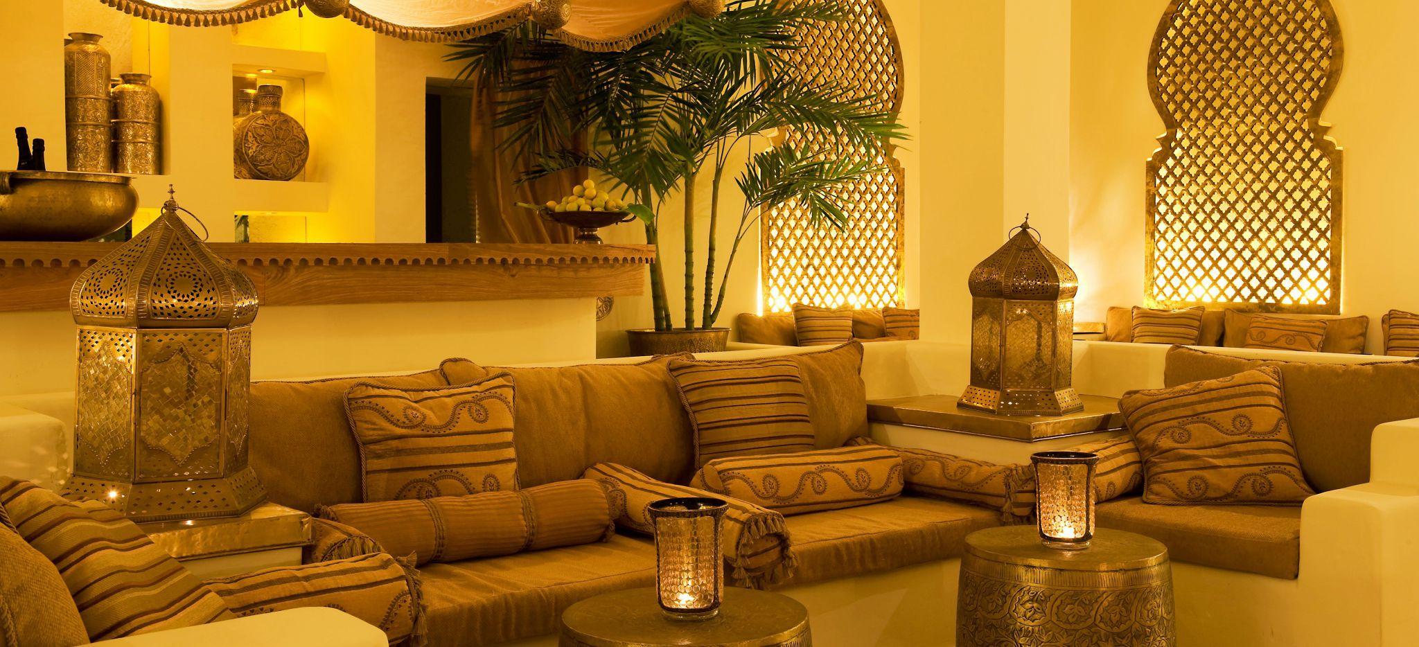 Eine arabisch-omanische Sitzecke, in Gelb-, braun- und Kupfertönen