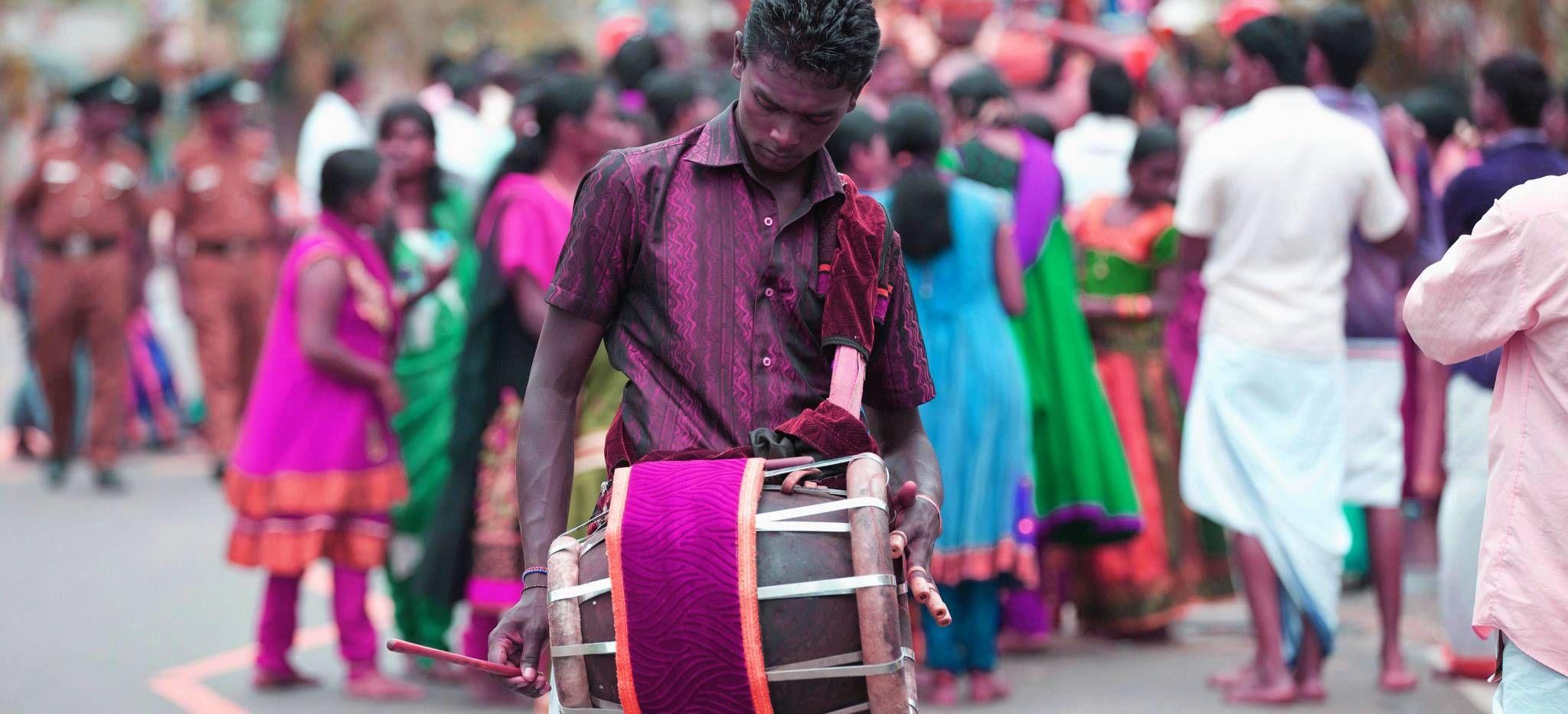 Trommler in farbenfroher Kleidung auf einem Straßenfest auf Sri Lanka