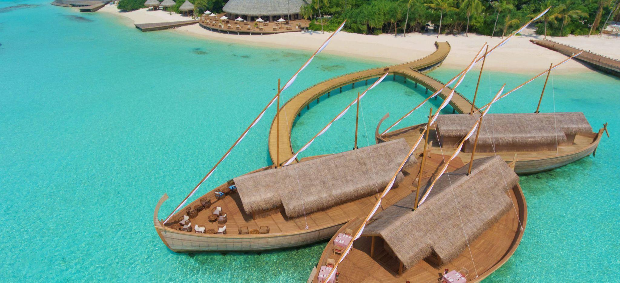 """Ein Restaurant in der Lagune der Malediveninsel Milaidhoo, geformt wie die traditionellen maledivischen Boote, """"Dhoni"""" genannt"""