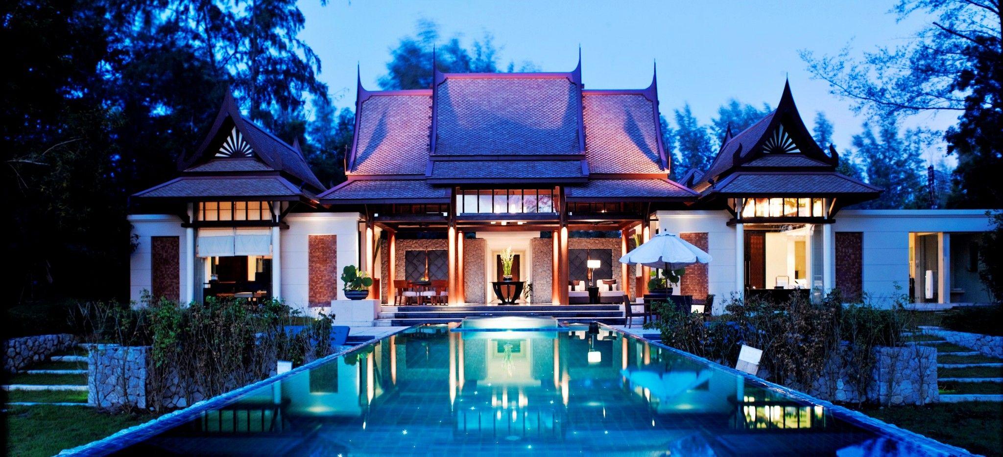 Ein thailändisches Gebäude hinter einem langem Pool