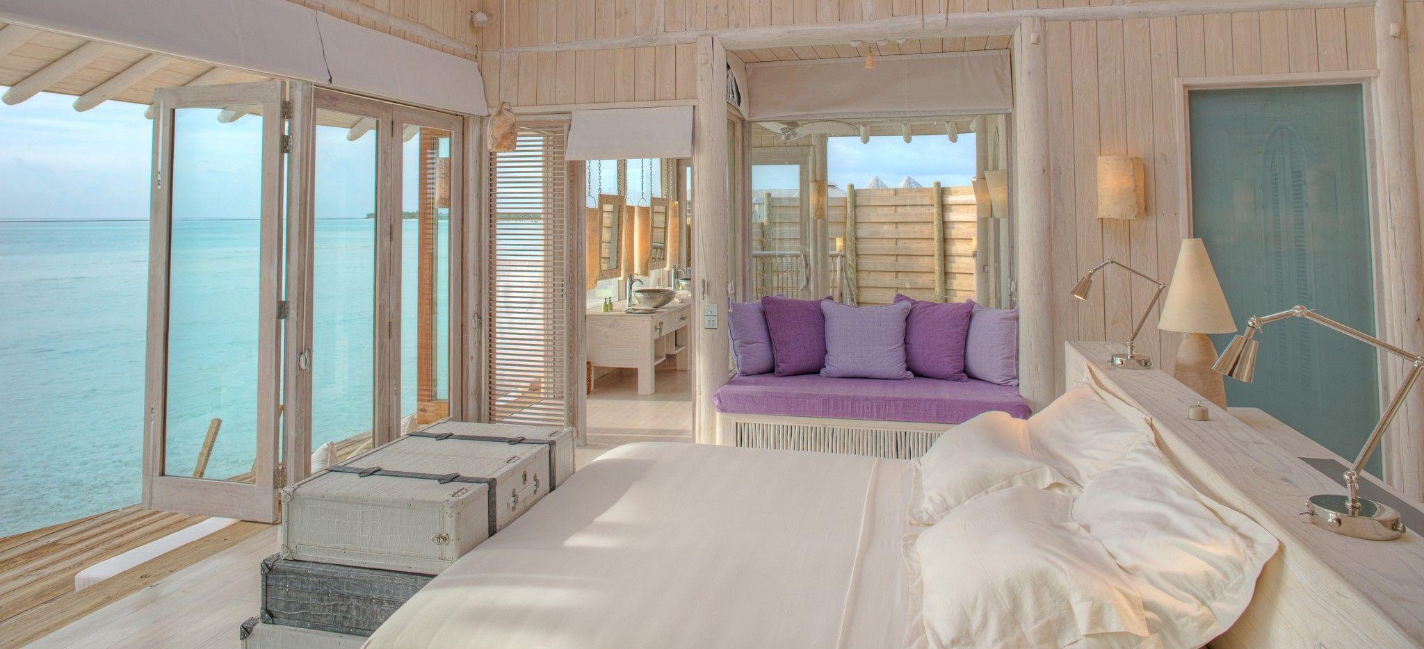 Das Schlafzimmer einer Wasservilla im Hotel Soneva Jani