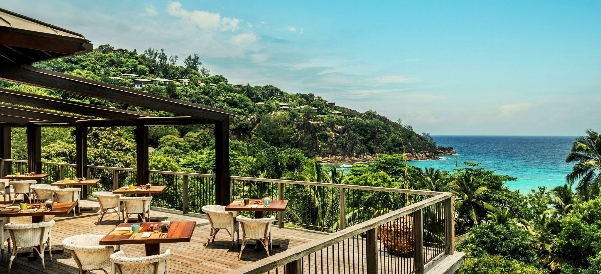 Ein Restaurant im Hotel Four Seasons Resort Seychelles mit Blick auf das Meer über den Dschungel hinweg