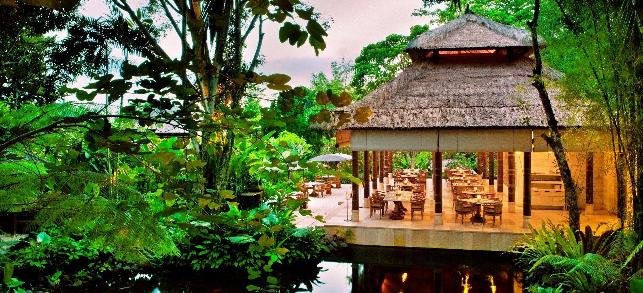 Ein Restaurant in den Balinesischen Dschungel eingebettet