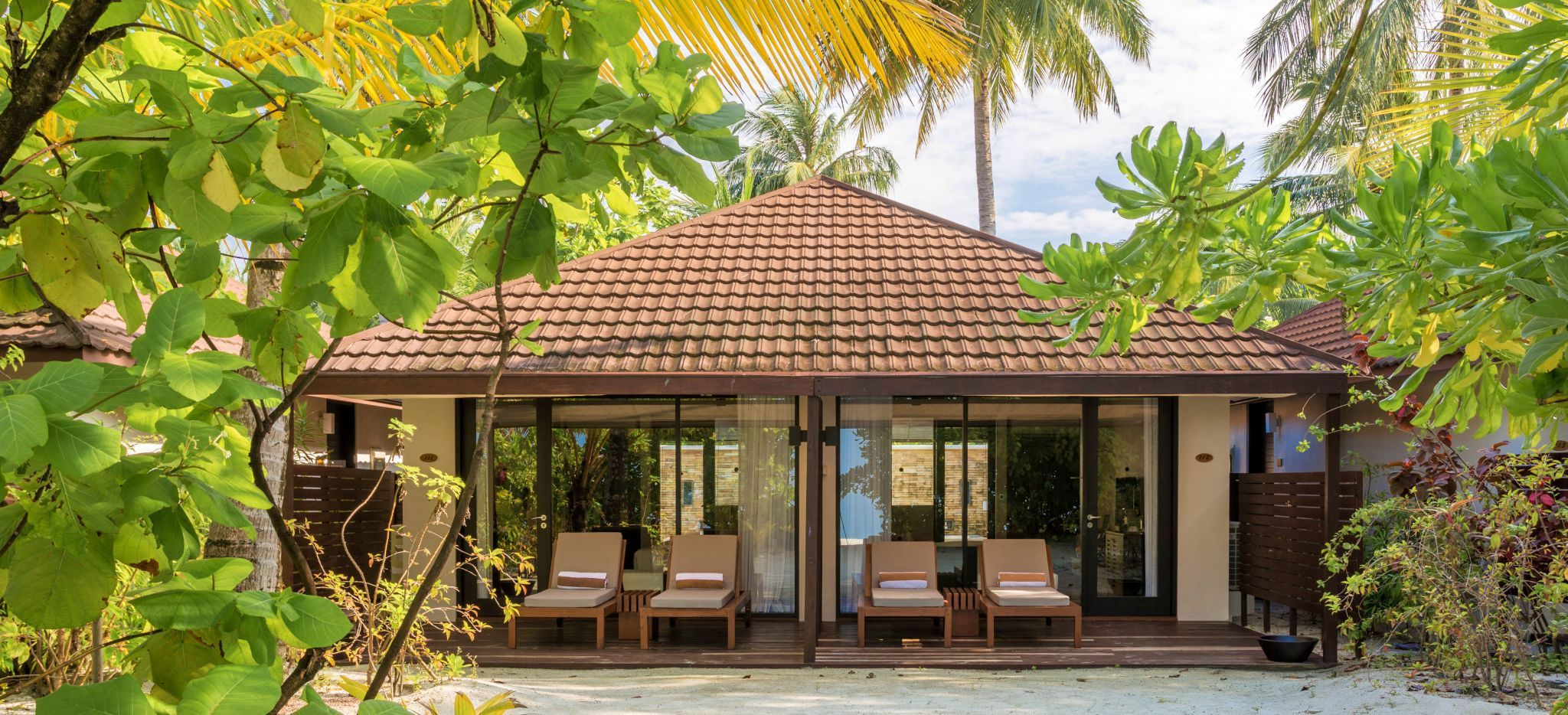 """Ein Bungalow mit zwei Hotelzimmern im Dschungel der Malediveninsel """"Lily Beach"""""""