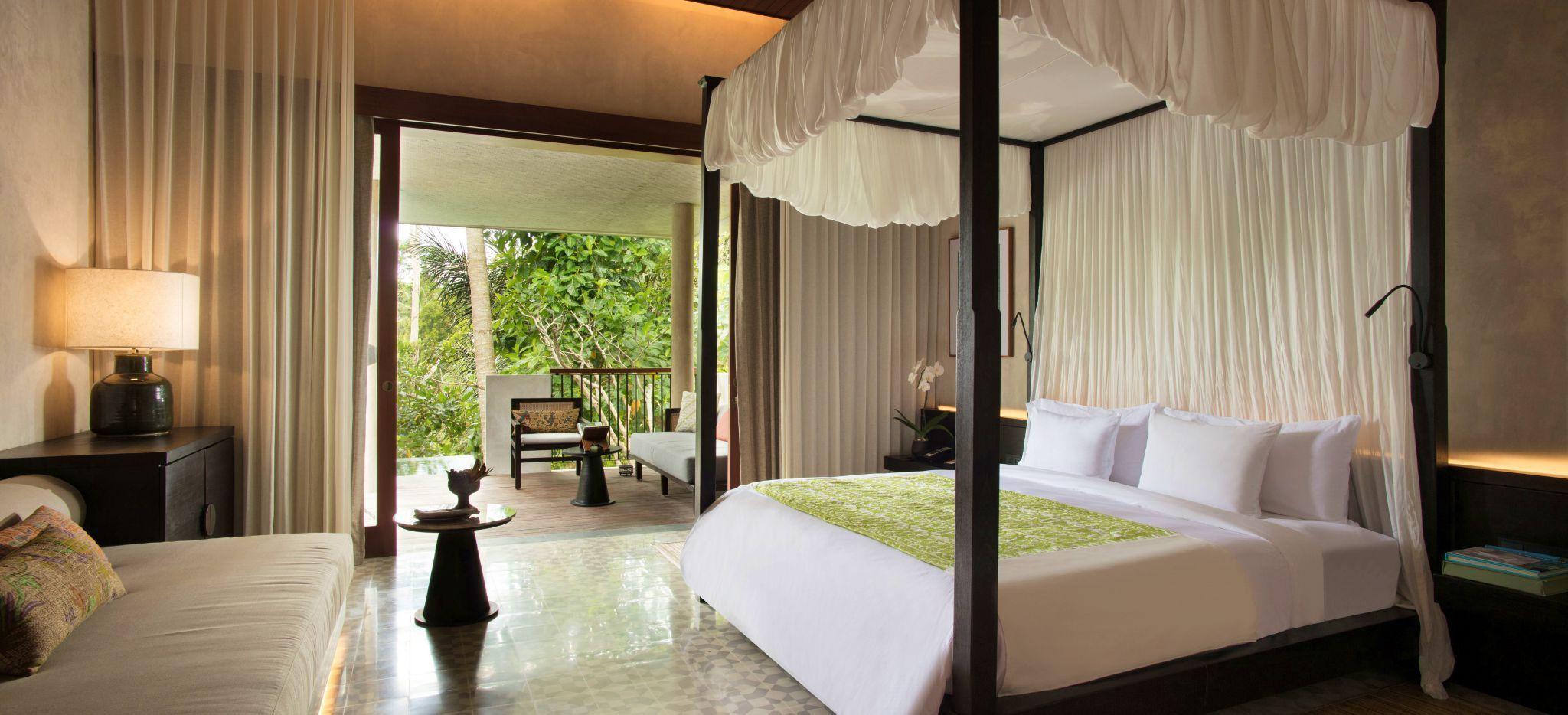Schlafzimmer des Hotels Alila Ubud mit Blick in den tropischen Garten