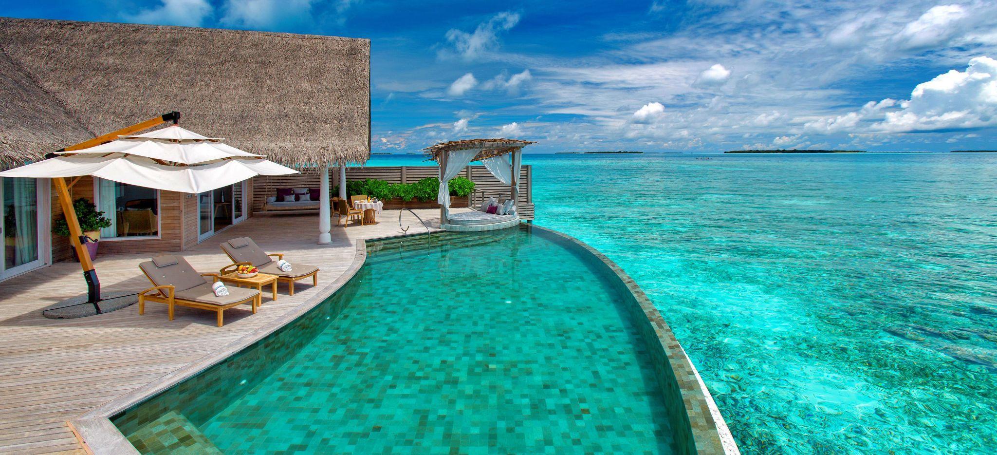 """Eine Wasservilla mit einem Weitläufigem Pool in der Lagune der Malediveninsel """"Milaidhoo"""""""