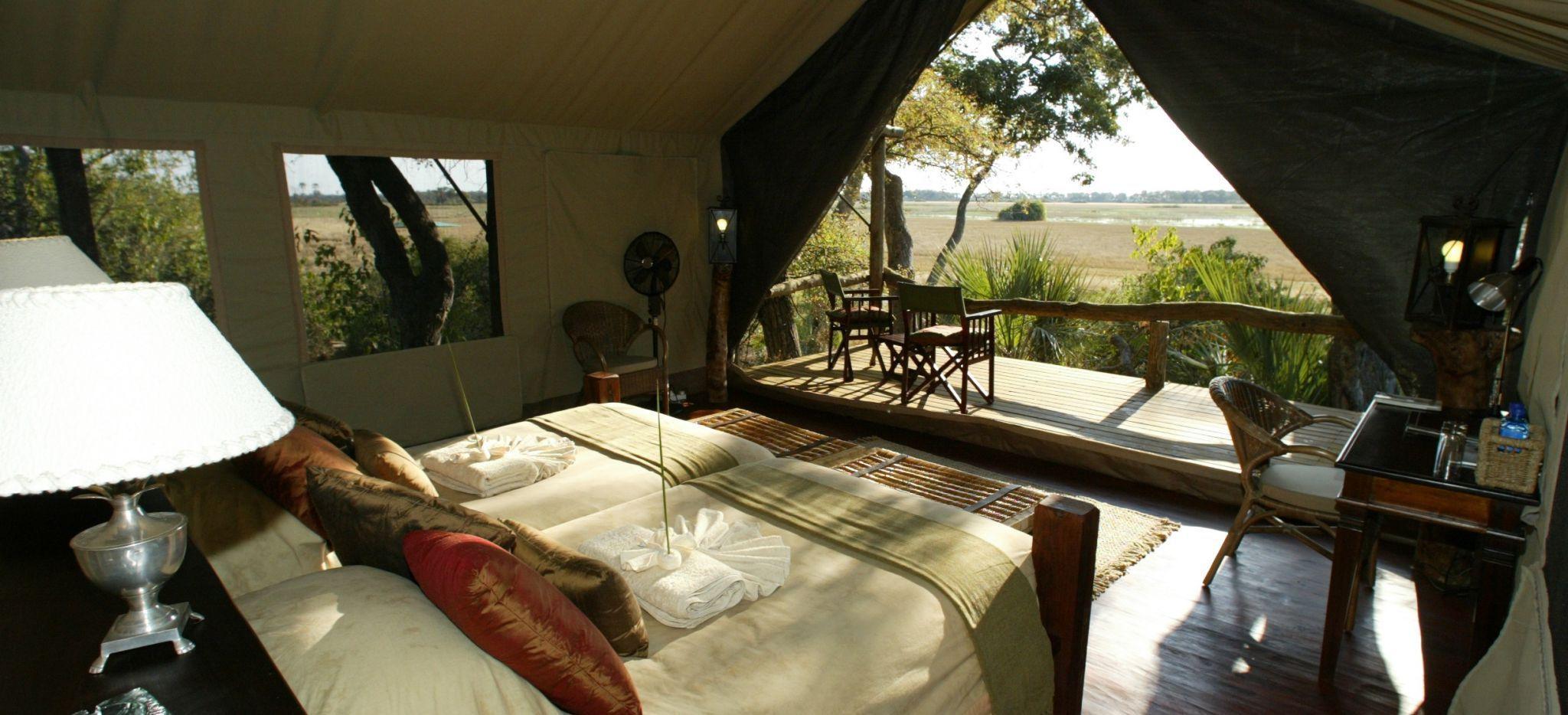 Hotelzimmer-Zelt des Tubu Tree Camp, mit Blick auf die Savane vom Balkon aus