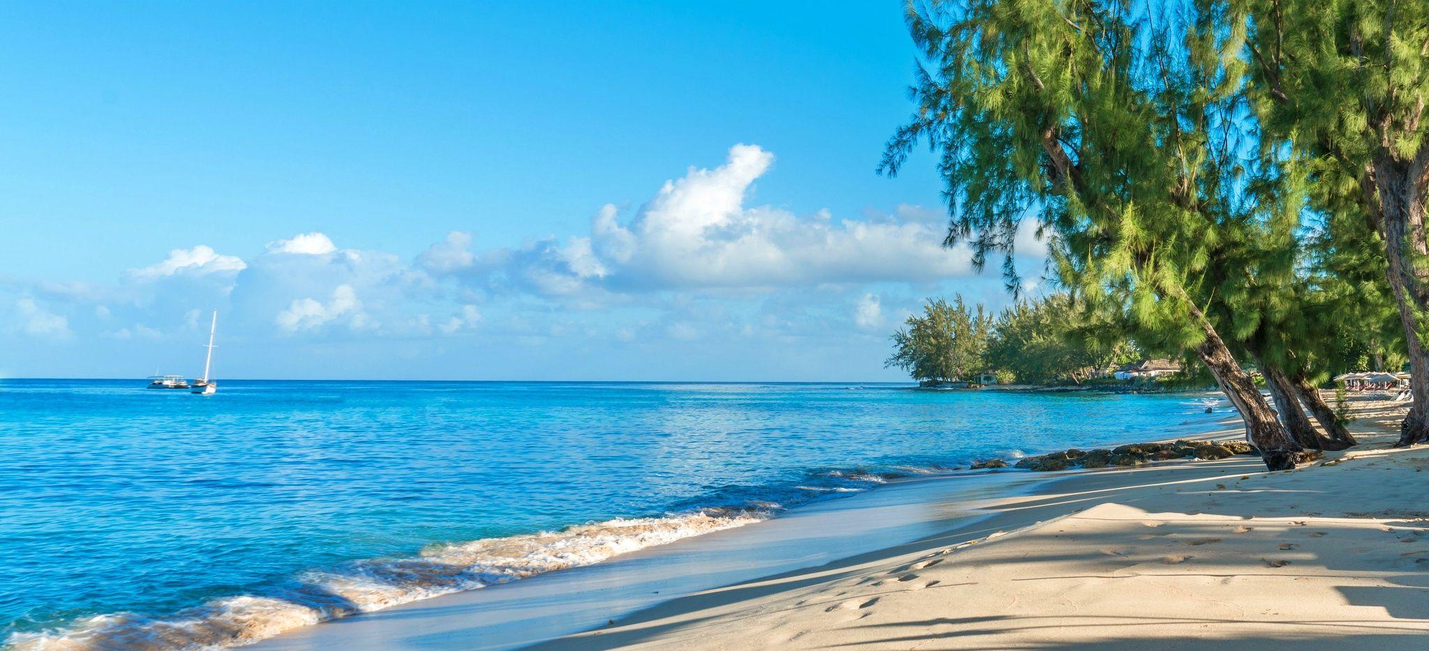 """Ein Weißer Sandtrand am Karibischen Meer, vor dem Hotel """"Coral Reef Club Barbados"""""""