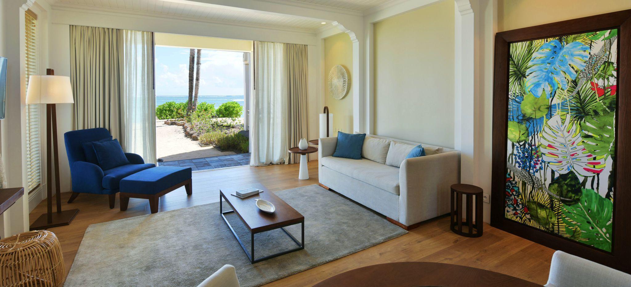 Ein großzügiges Wohnzimmer in einem Hotelzimmer des Hotels Heritage Le Telfair