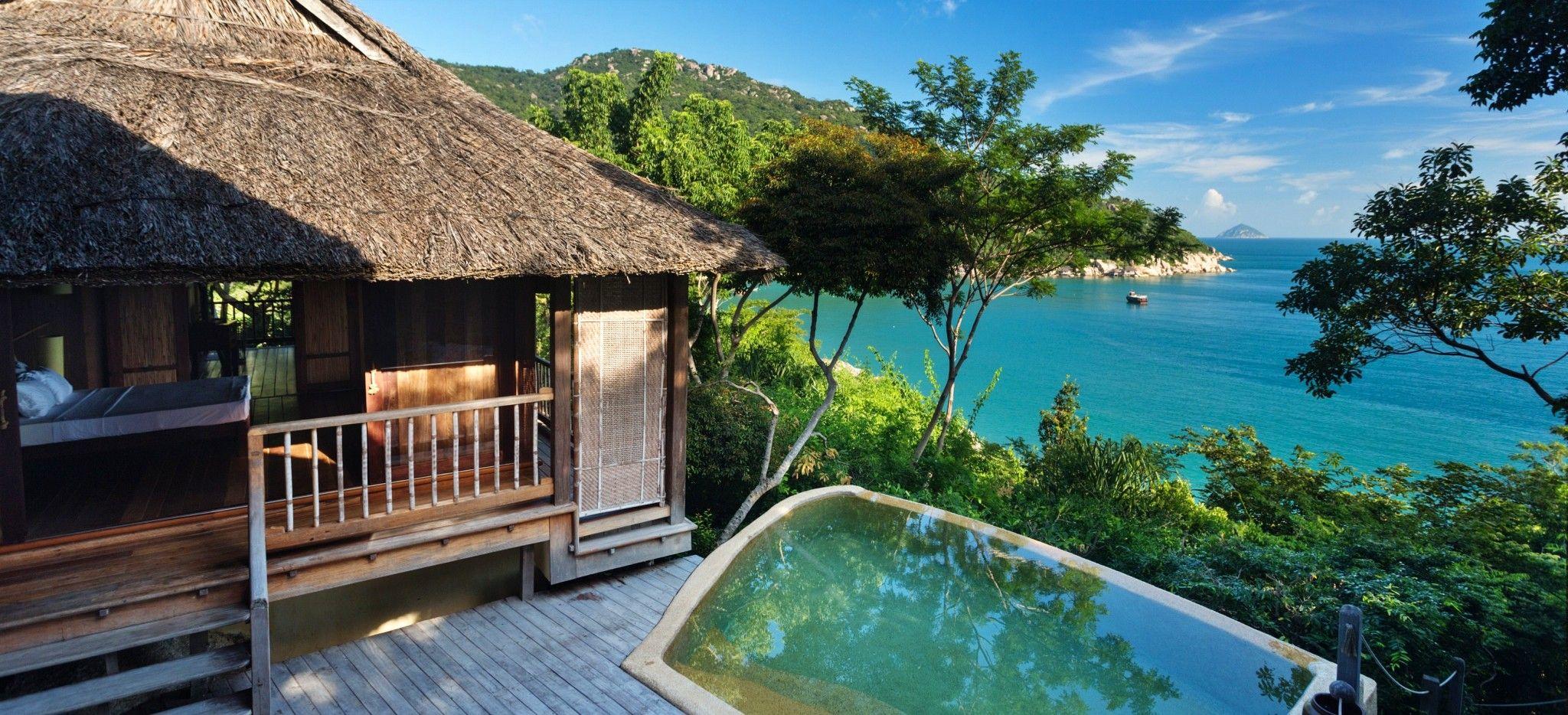 Eine Villa mit Blick auf das Meer mit einem Pool auf der Terrasse
