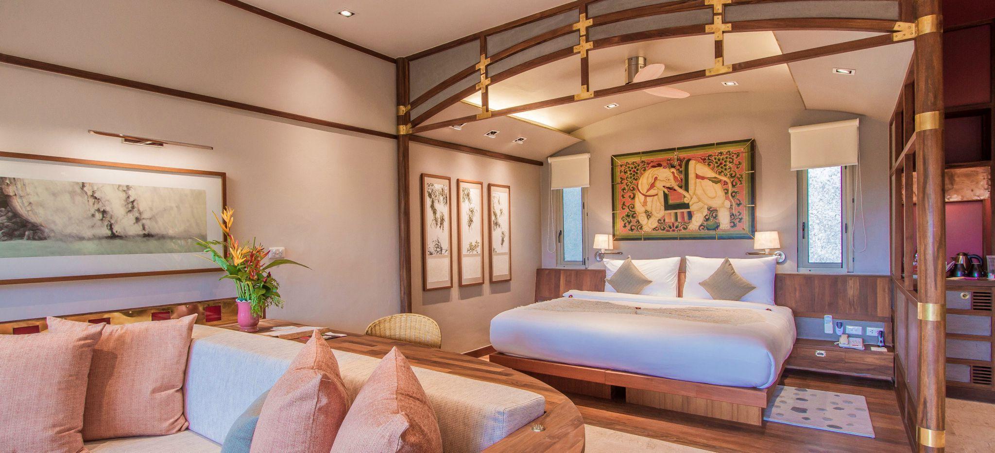Schlafzimmer in Pastellfarben im Hotel Kamalaya, Thailand